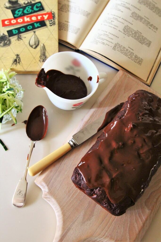 チョコレートをかけて仕上げたズッキーニチョコレートケーキ