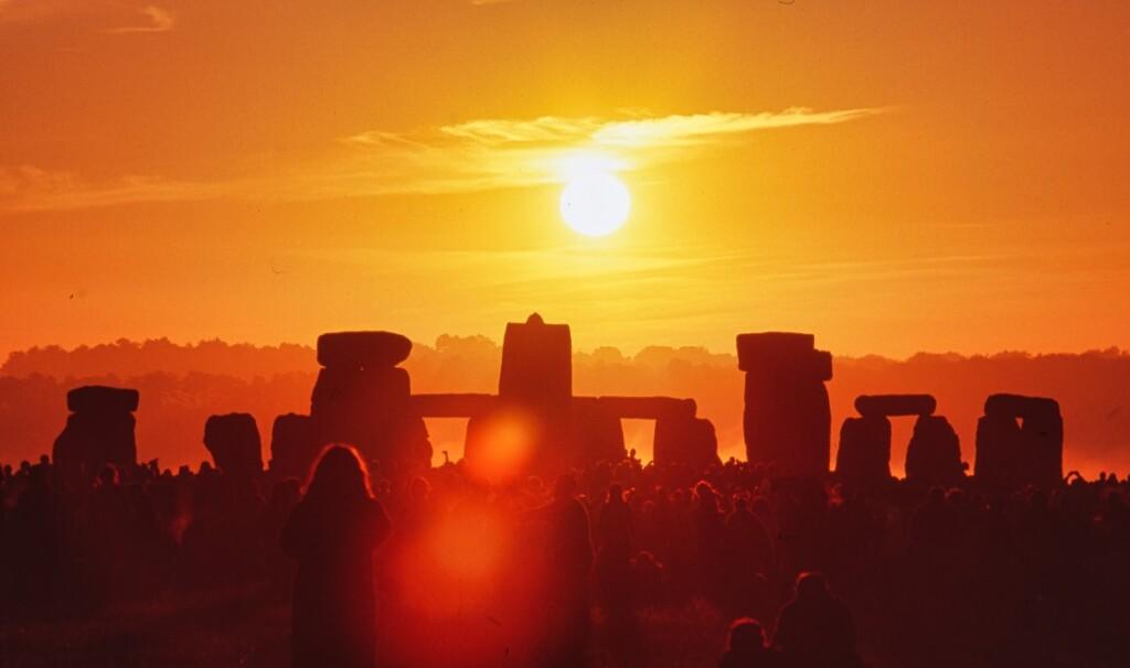 ストーンヘンジの後方から昇る太陽