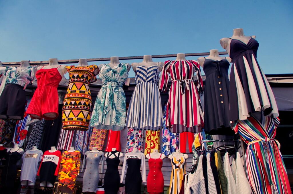 服を販売するパリの蚤の市
