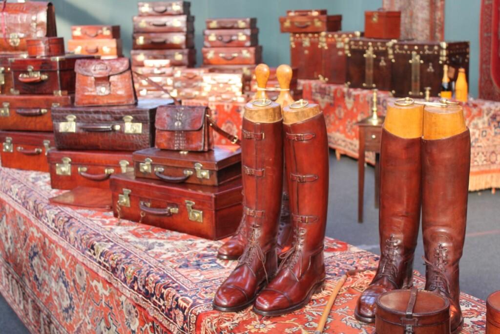 アンティークフェアで販売する皮のトランクケースやブーツ