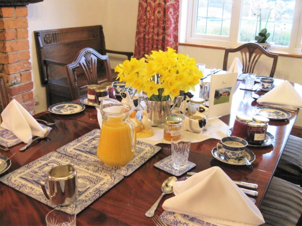 B&Bでの朝食、テーブルの上にマーマレードやジュースが