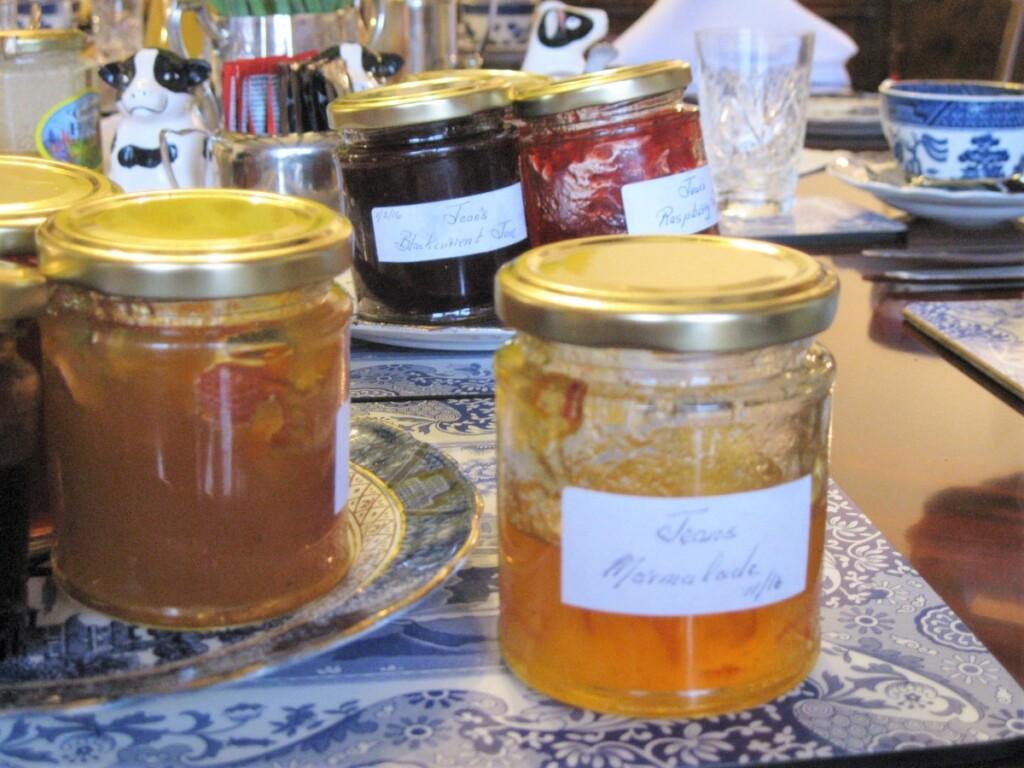 朝食のテーブルに並ぶマーマレードやジャム