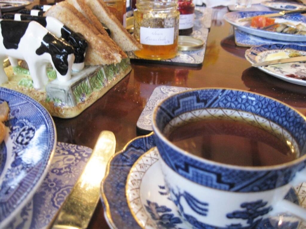 テーブルに並ぶ紅茶やパンとマーマレード