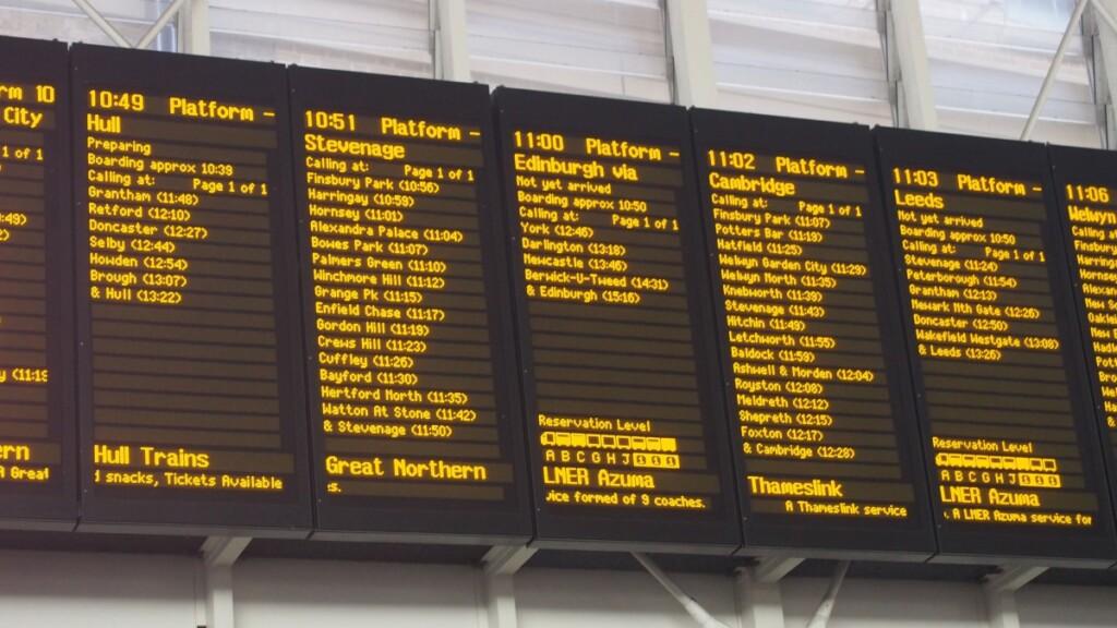 11時発のエジンバラ行の列車を表示する電光掲示板
