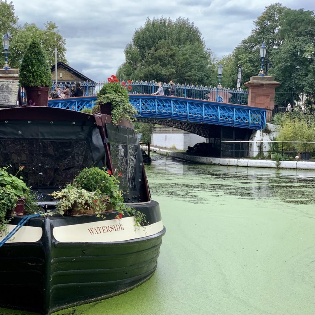 リトルヴェニスに架かる青い橋とナローボート