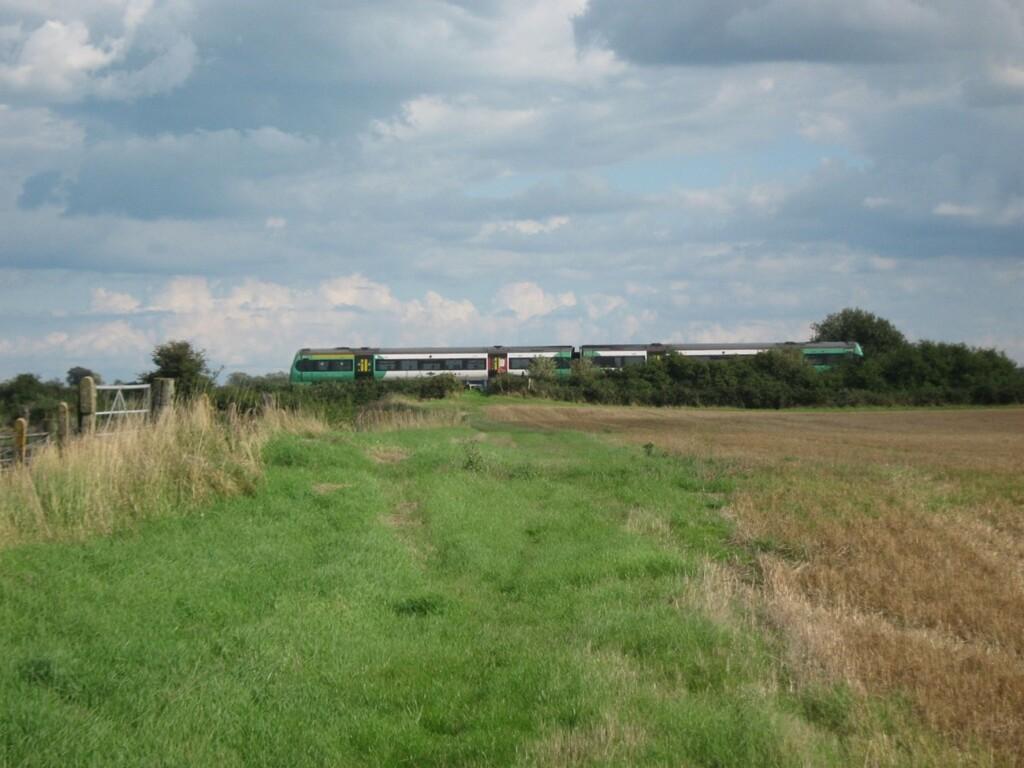 のどかな風景の中を走る列車
