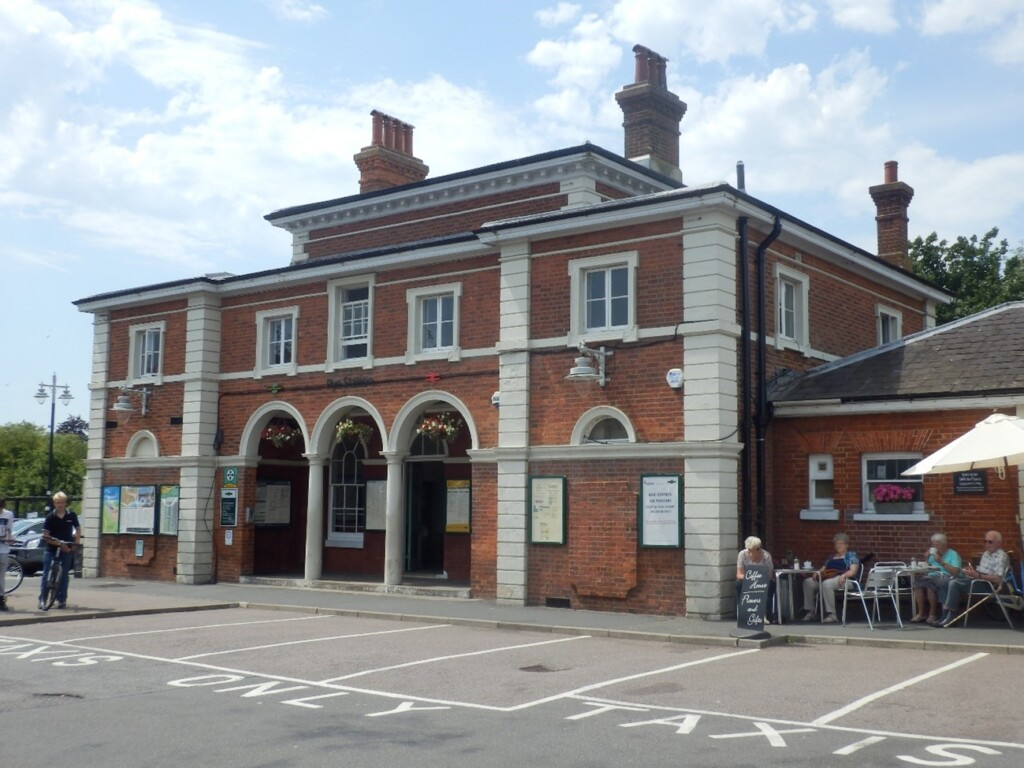 赤レンガのライ駅舎