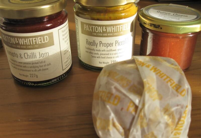クインスチーズの瓶とポークパイの包み
