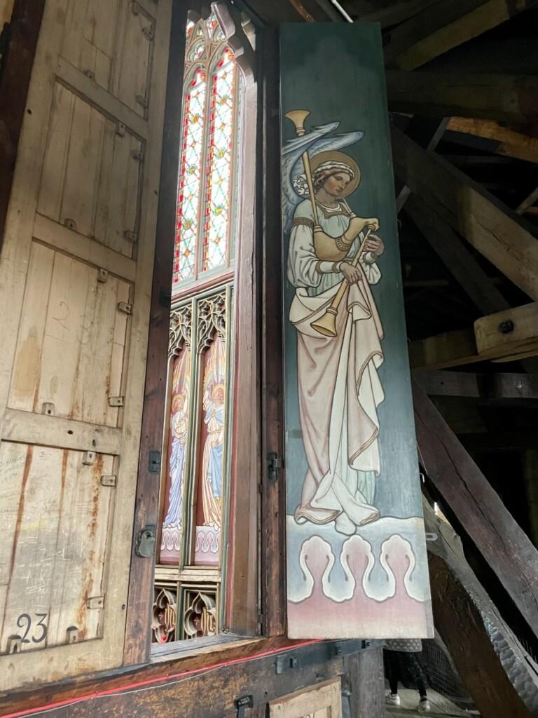 天使の絵が描かれている扉と14世紀から残っている木の柱