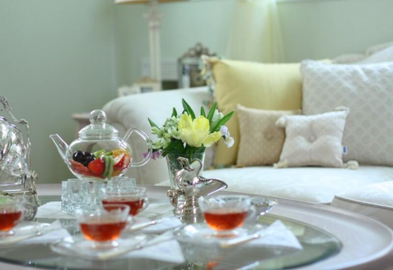 テーブルの上に並ぶ紅茶