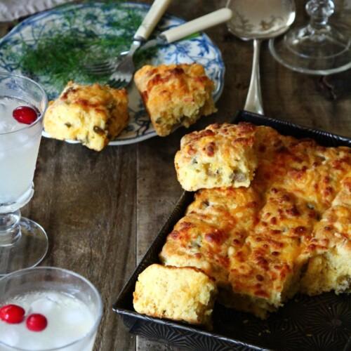 テーブルにならぶチーズ&オリーブスコーン