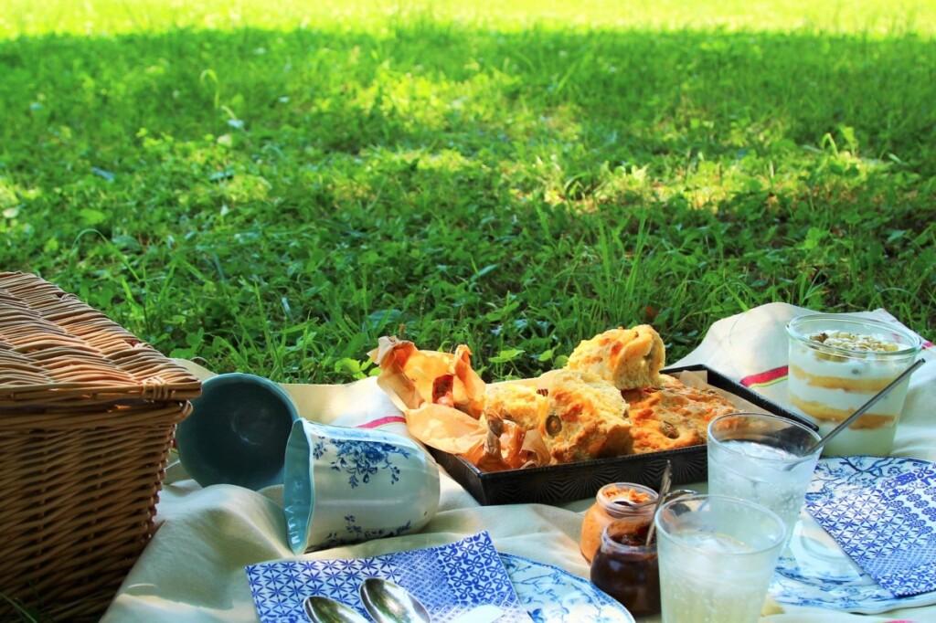 ピクニックバスケットとチーズ&オリーブスコーンのランチ