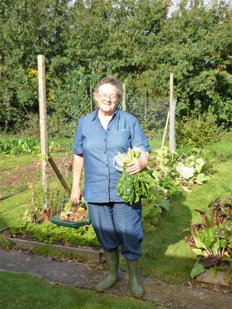 野菜を抱えたメアリー